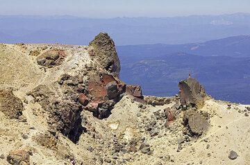 Hydrothermally altered volcanic rocks at the summit of Mt Lassen volcano (Photo: Tom Pfeiffer)