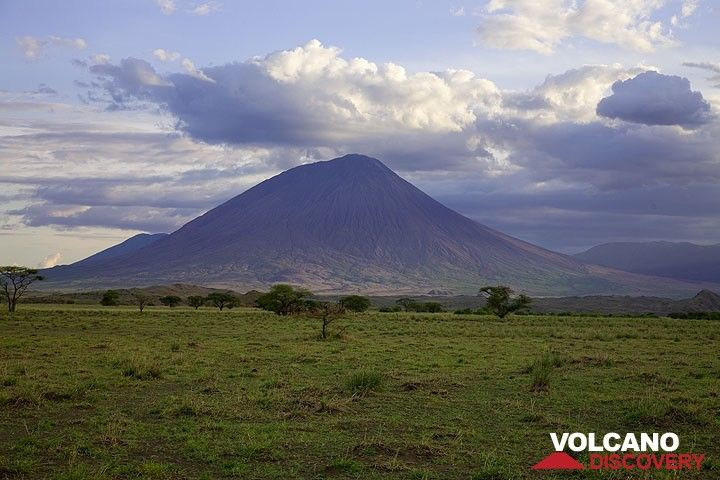 The steep stratovolcano of Lengai volcano seen from the plain of the Rift Valley. (Photo: Tom Pfeiffer)