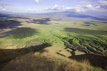 The plain on the NE of Lengai with Gelai volcano and its many flank cones seen from the path up to Lengai volcano. (Photo: Tom Pfeiffer)