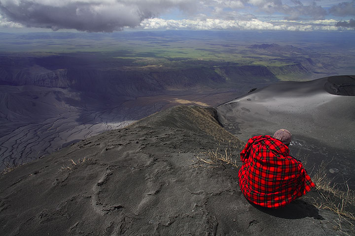 The western ridge leading from the summit to the north crater. The escarpment of the Rift Valley in the backgound. (Photo: Tom Pfeiffer)