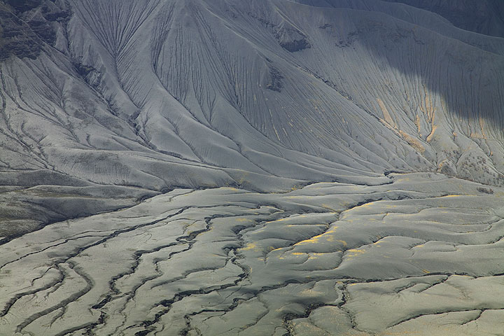 Ash deposits and erosions channels on the plaine and Rift Valley escarpment to the west of Lengai. (Photo: Tom Pfeiffer)