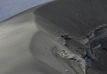 The rim of the ash cone in Lengai's crater. (Photo: Tom Pfeiffer)