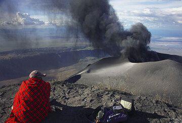 Maassai guide Peter observing the eruptions at Lengai volcano. (Photo: Tom Pfeiffer)
