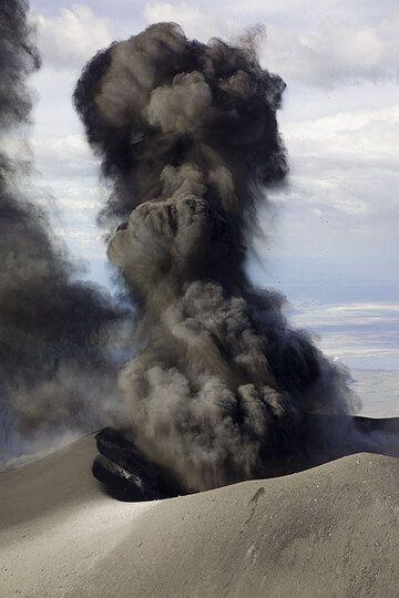 200 m high ash cloud. (Photo: Tom Pfeiffer)