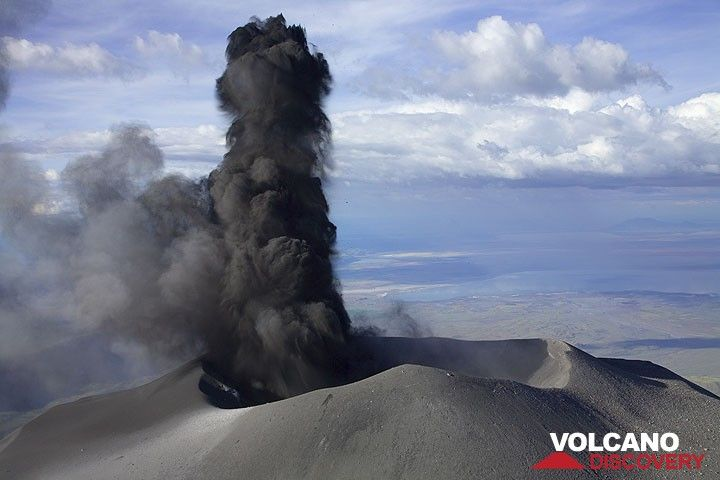 An hour after the first explosions, the activity increases. Blocks and the finger-like initial ash jets are thrown to 300 m height above the crater.   (Photo: Tom Pfeiffer)