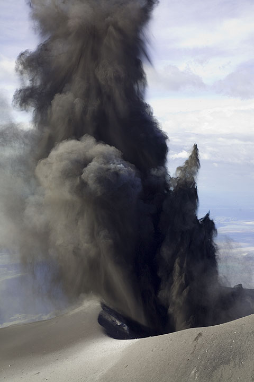 300+ m high ash cloud... (Photo: Tom Pfeiffer)