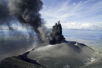 The eruptions are at their peak now and luckily, the ash plume is drifting to the side of us. Otherwise, it would be highly unpleasant here...  (Photo: Tom Pfeiffer)