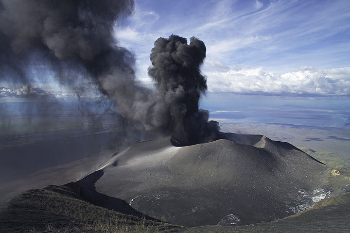 Ash eruptions at their peak during 18 Jan 2008. (Photo: Tom Pfeiffer)