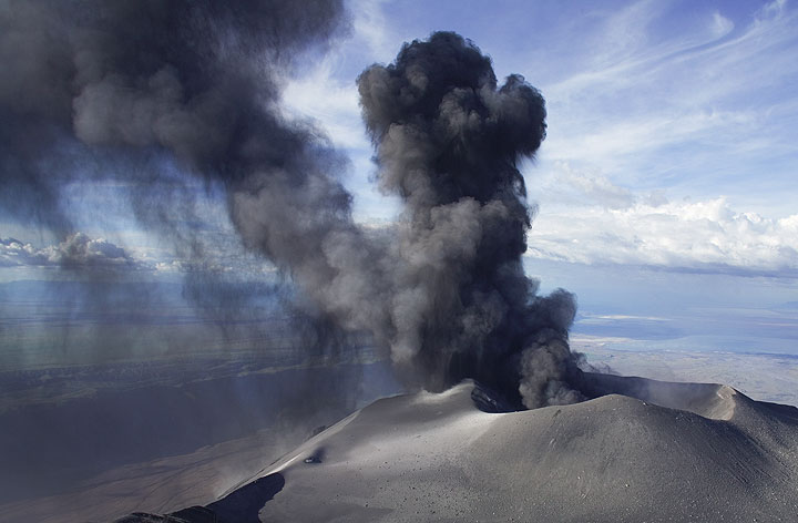 Two ash plumes from powerful ash eruptions one shortly after the other. (Photo: Tom Pfeiffer)