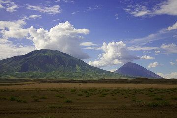 As we leave Lengai on 21 January and drive past Kerimasi volcano, a last view on now distant Lengai volcano shows no activity there... (Photo: Tom Pfeiffer)