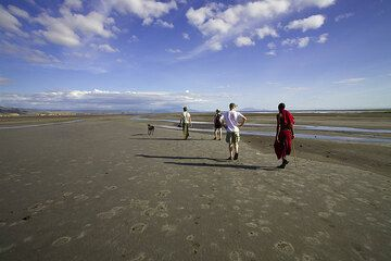 We take a walk to the poorly defined lakeshore, to watch flamingoes. (Photo: Tom Pfeiffer)