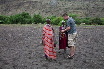Philip and two Maassai trying to sell souvenirs. (Photo: Tom Pfeiffer)