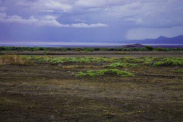 The rain season is approaching. A raincloud over Lake Natron. (Photo: Tom Pfeiffer)