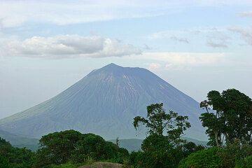 Ol Doinyo Lengai volcán visto desde las tierras altas del Ngorongoro en cráter Empakai. El hornito altura en su cráter activo (en el lado izquierdo)... (Photo: Tom Pfeiffer)