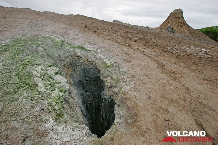 A cavity in the ground, probably the interior of a hornito now covered to the top by lava flows. (Photo: Tom Pfeiffer)