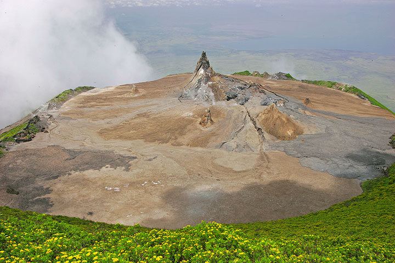 Vista desde la cumbre hacia el cráter activo del norte dominado por el hornito grande T49b y la zona de derrumbe en el centro. Lago Natron y t... (Photo: Tom Pfeiffer)