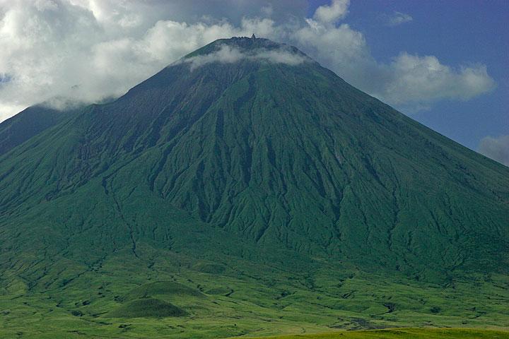 El majestuoso cono del volcán Ol Lengai Lengai y pastizales a sus pies el visto desde el NE. El alto T49b hornito en su caja de activos ... (Photo: Tom Pfeiffer)