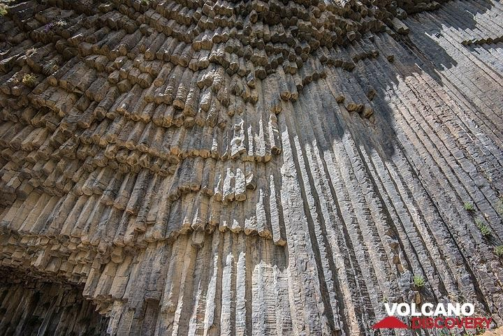 Organ-pipes made of stone (Photo: Tom Pfeiffer)