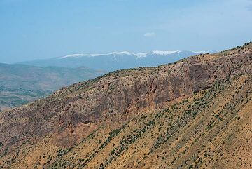 Ghegam ridge, a young field of cinder cones and lava flows, is visible in the background behind a gorge with massive ash-flow layers exposed. (Photo: Tom Pfeiffer)