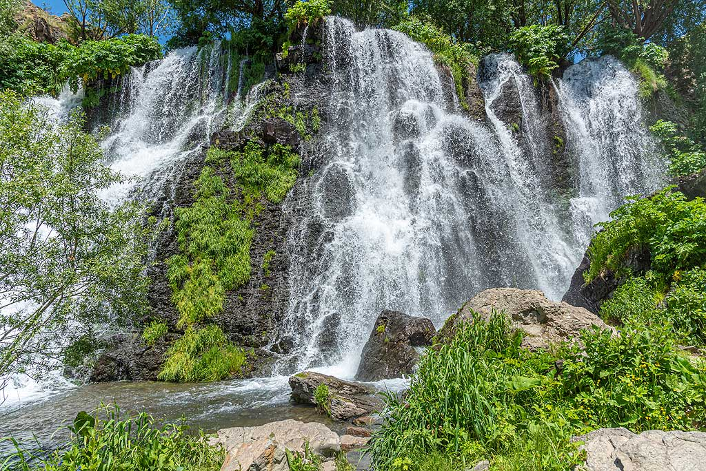 The Shaki waterfall was created by erosion of a thick lava layer now forming an 18-meter tall ledge, over which a small Shaki river cascades down. (Photo: Tom Pfeiffer)