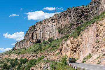 On the way to Jermuk, numerous spectacular volcanic outcrops sometimes demand our attention for photo stops; here, another great example of columnar-jointed massive lava flows. (Photo: Tom Pfeiffer)