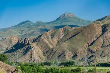 View of the southern flak of the Arpa river valley with ancient dikes and volcanic plugs and flows topping the underlying sedimentary formations. (Photo: Tom Pfeiffer)