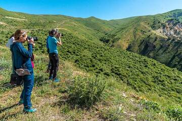 We have arrived at the Vardenyats Mountain Pass (also known as the Selim Mountain Pass) at 2410 m elevation, separating Vayots Dzor and Gegharkunik Provinces. (Photo: Tom Pfeiffer)