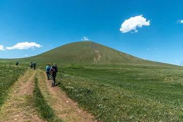 The way to Armaghan volcano passes through kilometers of grassland. (Photo: Tom Pfeiffer)