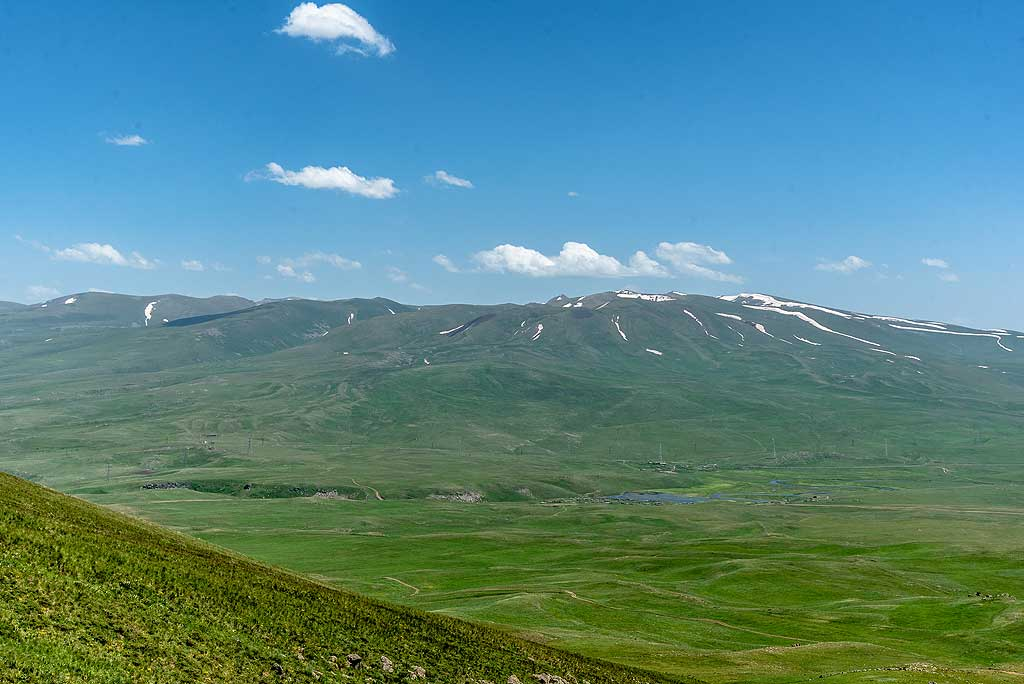 Near the rim of the volcano, the view over the Syunik volcanic highlands, another of Armenia's young volcanic fields, to the east is spectacular. (Photo: Tom Pfeiffer)