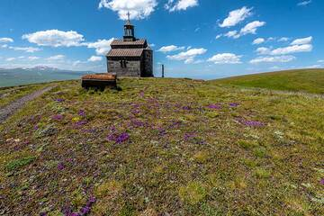 Small chapel at the highest point of Armaghan volcano. (Photo: Tom Pfeiffer)
