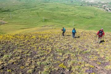 Descending the NE flank of Armaghan volcano (Photo: Tom Pfeiffer)