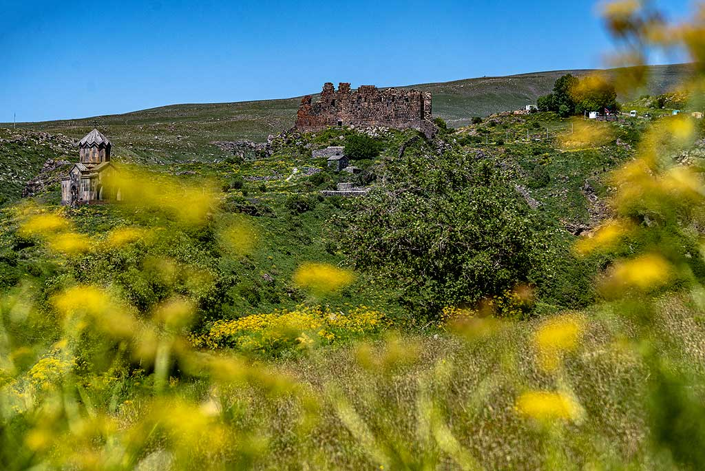 The mighty ruins of Amberd fortress come into view as we hike towards it. (Photo: Tom Pfeiffer)