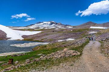 Ice floating on the artificial lake in the plateau. The southern summit of Aragats in the background. (Photo: Tom Pfeiffer)