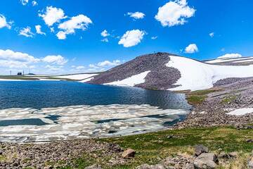 Shore of the lake, partially still covered by floating sheets of ice. (Photo: Tom Pfeiffer)