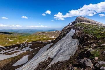 The southwestern ridge leading to the southern summit of Aragats. (Photo: Tom Pfeiffer)