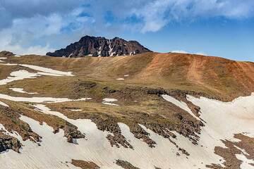Eroded SE flank of the summit area. (Photo: Tom Pfeiffer)