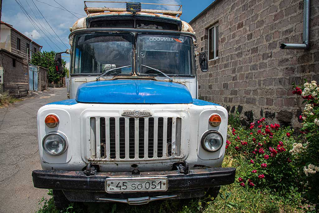Soviet-era blue bus KAVE-685 - probably no longer in active use. (Photo: Tom Pfeiffer)