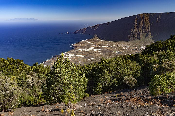 The El Golfo valley is what left after a huge land slide. El Hierro island. (Photo: Tobias Schorr)