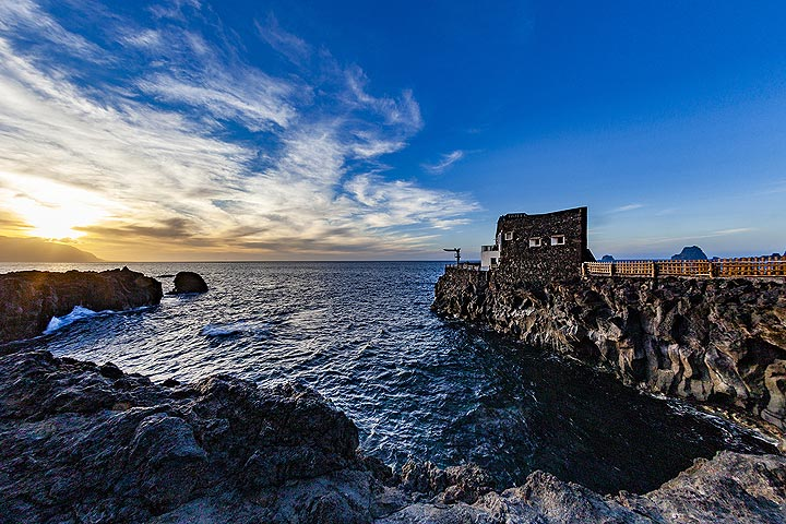 One of the most beautiful hotels on El Hierro island and its rocky bay. (Photo: Tobias Schorr)