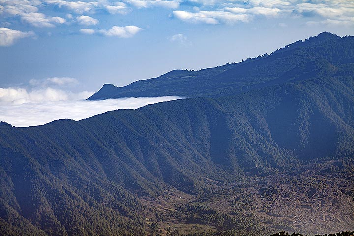 View for the mountains top of Roques de Muchachos towards the younger volcanoes of Cumbre Nueva. La Palma island. (Photo: Tobias Schorr)