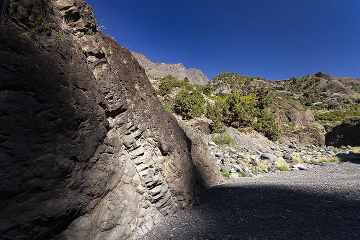 A volcanic dyke in the valley of the caldera Tamburiente on La Palma island. (Photo: Tobias Schorr)