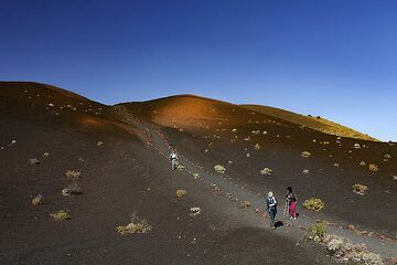 Hiking on the ash fields of the Teneguia volcano. (Photo: Tobias Schorr)