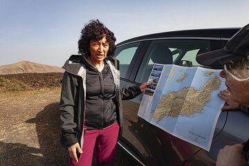 Eveline Pradal explains the geology of Lanzarote island. (Photo: Tobias Schorr)