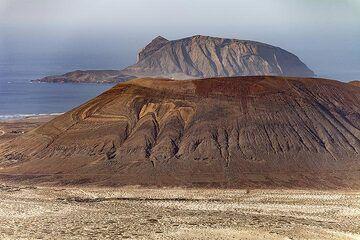 Craters on the island La Graciosa. (Photo: Tobias Schorr)
