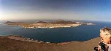 Paul and an panoramic view of La Graciosa island. (Photo: Tobias Schorr)