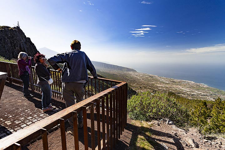 The VolcanoDiscovery group watches the area of an huge landslide at the area of Orotava. Tenerife island. (Photo: Tobias Schorr)