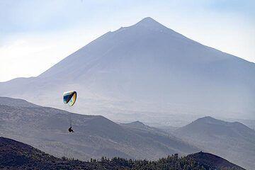 Hang-gliding at the mirador del Tarta. In the background the huge Teide volcano. Tenerife island. (Photo: Tobias Schorr)