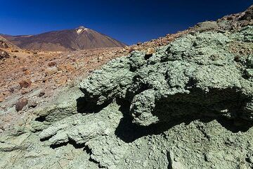 The hydrothermaly altered rocks at the Mirador de Los Azulejo. Tenerife island. (Photo: Tobias Schorr)