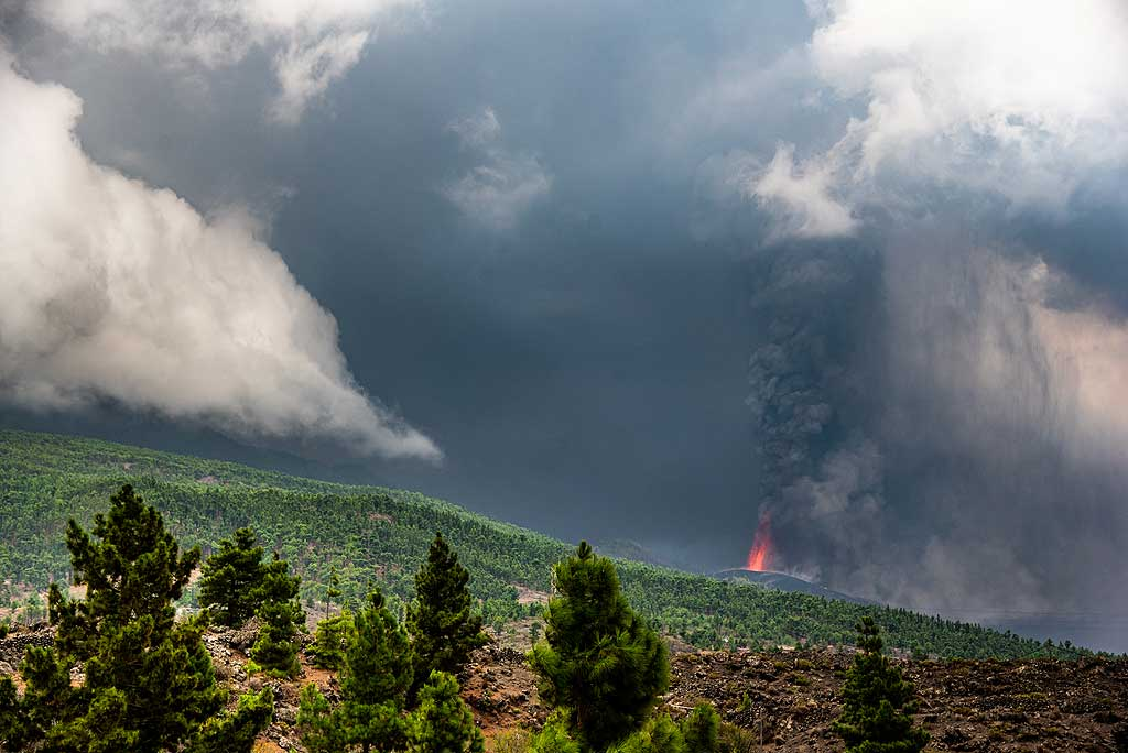 After crossing the Cumbre Nueva massif through the tunnel, we soon descend towards El Paso. On our way, we can see the lava fountains and ash plume from the eruption, now just over 3 days old, in full swing. (Photo: Tom Pfeiffer)