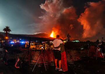 The eruption provides an unusual backdrop for a romantic selfie. (Photo: Tom Pfeiffer)